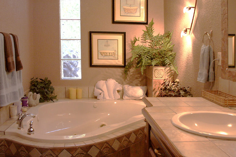 Professionally cleaned bathroom of a house managed by Siesta Realty in San Carlos
